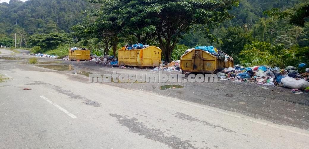 Tumpukan Sampah Membusuk di Belakang Pasar Padang Aro Berpolemik
