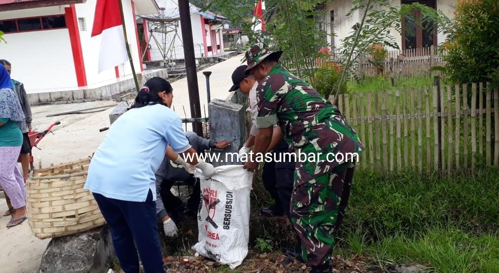 Cegah DBD, Babinsa Bersama Warga Muara Siberut Bersihkan Lingkungan