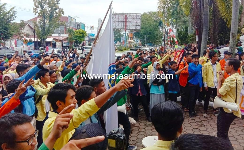 Pelantikan DPRD Sumatera Barat di Warnai Aksi Unjuk Rasa