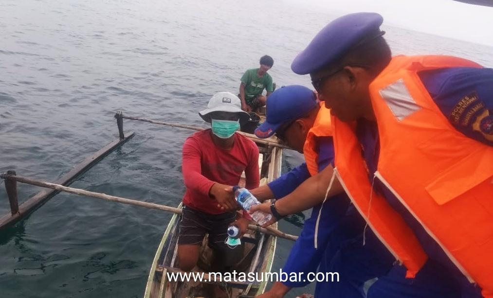 Satpolair Polres Mentawai Bagikan Masker Kepada Masyarakat Nelayan