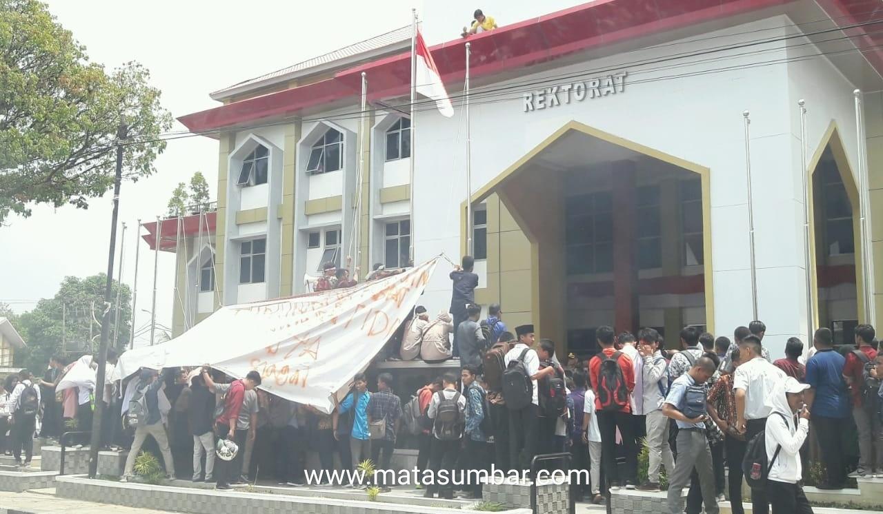 Unjuk Rasa, Mahasiswa Tuntut Rektor UIN Mundur