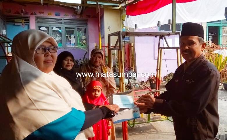 Wali Nagari Tabek Bagikan Masker di Beberapa Sekolah dan Masyarakat