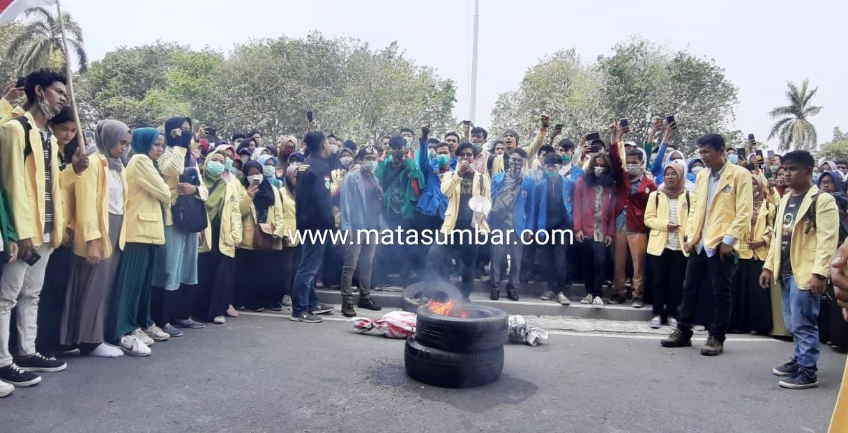 Dua Hari Demo, Gubernur Tak Bisa di Temui, Mahasiswa Paksa Masuk Kantor dan Bakar Ban