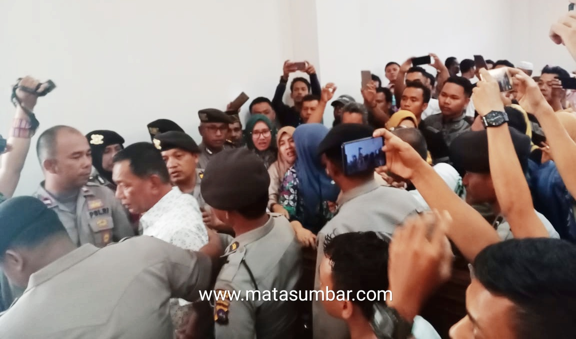 Penasehat Hukum Wabup Pessel Menilai, Putusan Majelis Hakim di Luar Dakwaan JPU