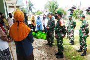 Dandim 0319/Mentawai Sosialisasikan Bahaya Covid-19 Kepada Warga di Sioban Sekaligus Berbagi Sembako dan Masker