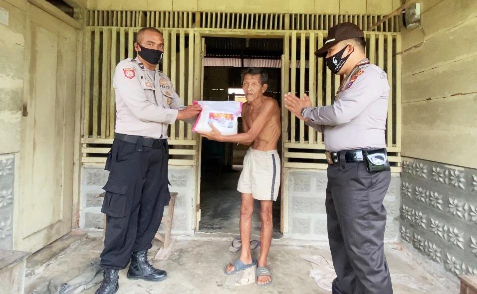 Polsek Sipora Kembali Salurkan Bantuan Sembako Kepada Warga Tidak Menerima Bansos Dari Pemerintah