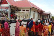 Dinilai Bantuan Tidak Tepat Sasaran, Emak-Emak di Pessel Serbu Kantor Wali Nagari