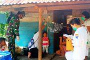 Peduli Kesehatan Warga, Babinsa Koramil 04/Sikakap Bantu Tim Nakes Berikan Posyandu di Desa Sinakak