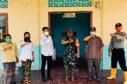 Babinsa Sikakap Bersama Bhabinkamtibmas Bagi Masker dan Cek Kesehatan Kepada Jemaat