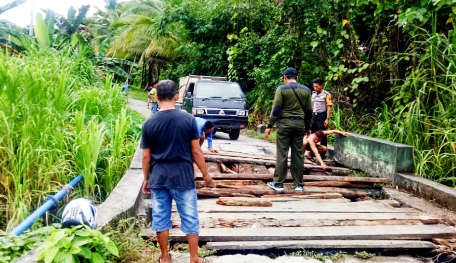 Jembatan Penghubung Rusak,Bhabinkamtibmas Polsek Sipora Bantu Warga Melakukan Perbaikan