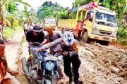 Kondisi Jalan Menuju Bulasat Memprihatinkan, Polsek Sikakap Tetap Salurkan Bantuan Beras Untuk Warga