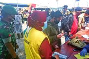 Penegakan Prokes, Koramil 04/Sikakap Cek Surat Kesehatan Penumpang MV.Mentawai Fast