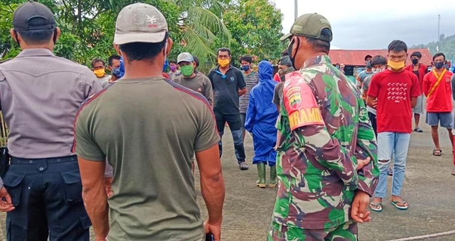 Bersandar di Pelabuhan Perikanan Sikakap, Muspika : Kapten dan ABK Harus Patuhi Prokes
