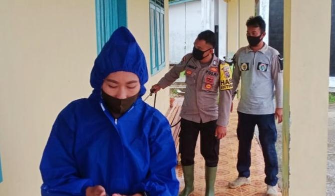 Penyemprotan Fasum, Bhabin Polsek Sipora Gandeng Anggota BPBD Mentawai