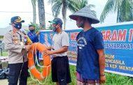 Peduli Nelayan, Kapolres Mentawai Salurkan Sembako dan Peralatan Melaut di Sioban