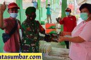 Babinramil Sikakap Dampingi Penyerahan Bantuan Makanan Extra Punding Dari Warga Untuk Pasien Sembuh Covid-19