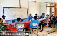 Bahas Prokes, Babinramil Sikakap Komsos Bersama Aparatur Desa Silabu