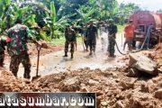 Pasca Longsor, Kodim 0319/Mentawai Bersama Masyarakat Lakukan Pembersihan Jalan di Goiso'oinan
