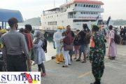 Tak Ada Kata Libur, Babinramil Sikakap Patroli Kedatangan Kapal Penumpang di Pelabuhan