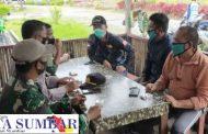 Kapal Pukat Harimau Sandar di Pelabuhan, Babinsa Sikakap Terapkan Prokes Melalui Komsos