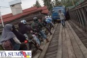 Mobil Tangki Terperosok di Jembatan Pinaga Sungai Paku Pasbar, Arus Lalu Lintas Putus Total