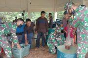 Jalin Keakraban, Satgas TMMD Bantu Nelayan Angkat Ikan di TPI Tuapejat