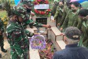Peringati HUT Persit, Kodim 0319/Mentawai Bersama Ibu-Ibu Persit Ziarah di Pemakaman Anggota TNI