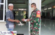 Antisipasi Penyebaran Covid, Koramil 04/Sikakap Bagikan Masker Kepada Jemaah Masjid Jami Al-Furqon