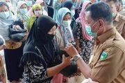 1100 Paket Sembako di Serahkan Bupati Pessel Kepada Korban Banjir di Tapan