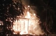 Rumah Bertingkat Semi Permanen di Gulukguk Desa Beriulou Hangus Dibakar Si Jago Merah