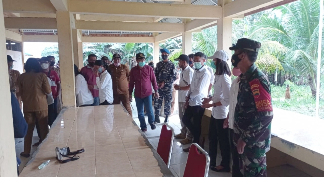 Babinsa Sikakap Dampingi Bupati Mentawai Tinjau Posko PPKM di Desa Bulasat