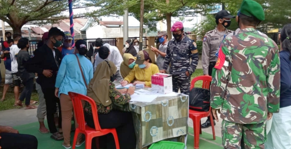 Kolaborasi Vaksinasi Massal di Halaman Polsek Sikakap di Ikuti Sebanyak 135 Orang