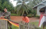 Babinsa di Jajaran Kodim 0311 Pessel Ajak Warga Pasang Bendera Merah Putih di Pekarangan Rumah