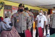 Vaksinasi Door to Door Bhakti Polri di Teluk Kabung di Tinjau Wakapolda Sumbar dan Bagikan Bansos 1000 Paket