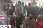 Kapolsek Sikakap Dampingi Forkopimda Mentawai Tinjau Serbuan Vaksinasi Maritim di SMAN 1 PUS